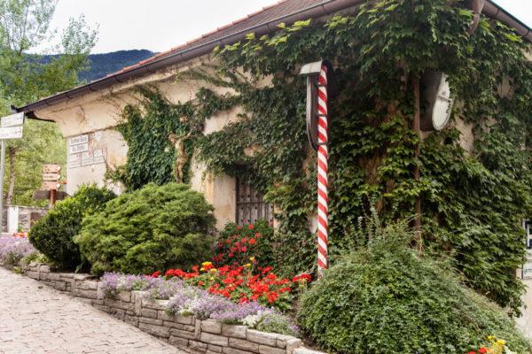 Casa invasa dal verde sul Ponte Aquila di Bressanone