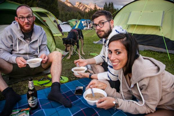 Cena in Campeggio tra amici a due e quattro zampe