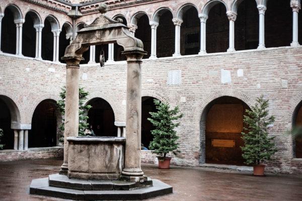 Cortile interno chiesa di Santo Stefano - Bologna