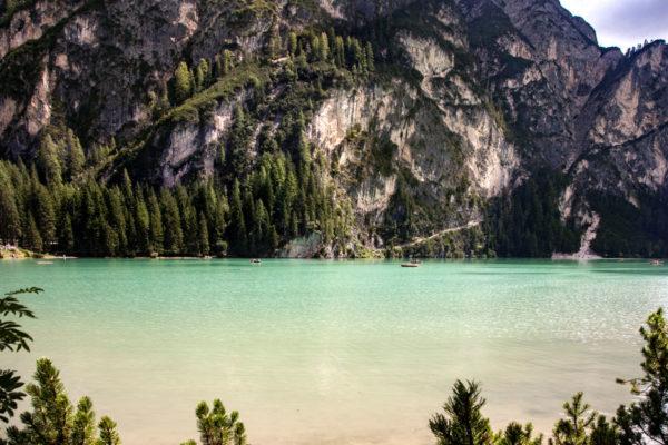 Dolomiti a strapiombo sul lago creato da una frana