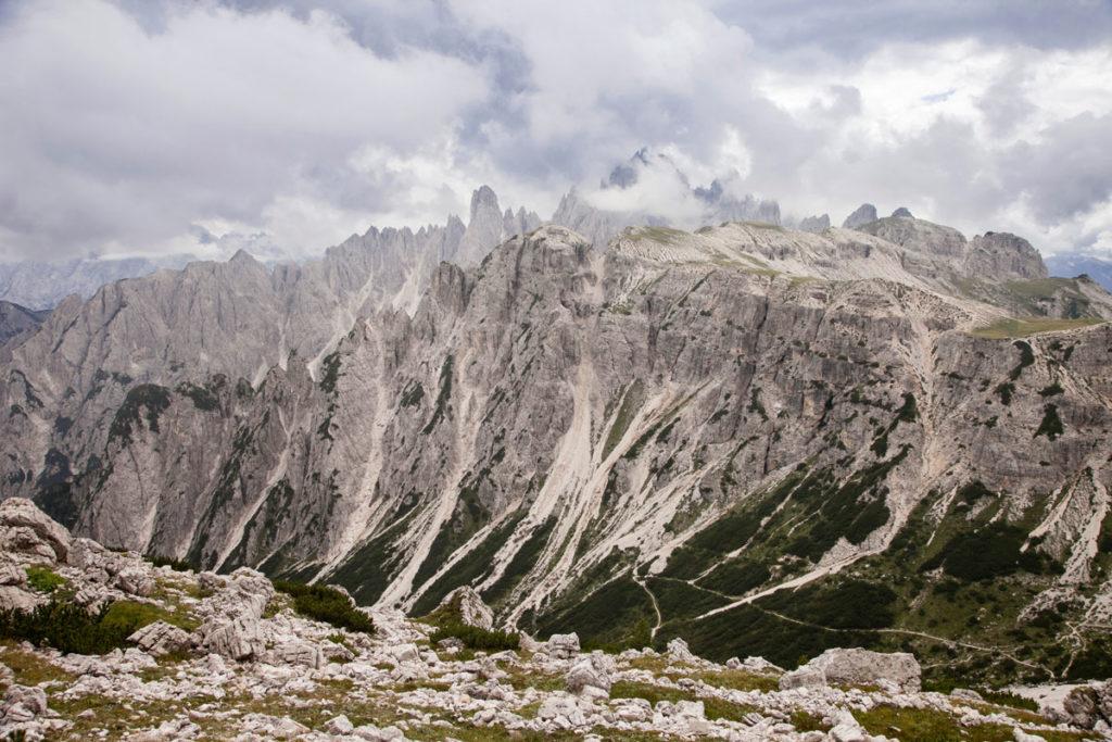 La profonda vallata delle tre cime del Lavaredo