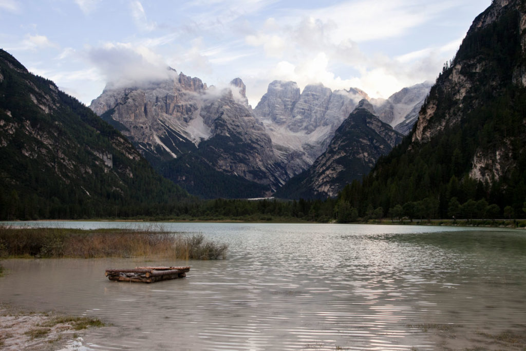 Lago di Landro immerso tra le montagne