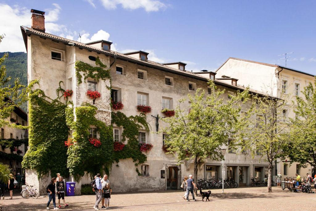Palazzo con crocifisso e Fiori in Piazza Duomo