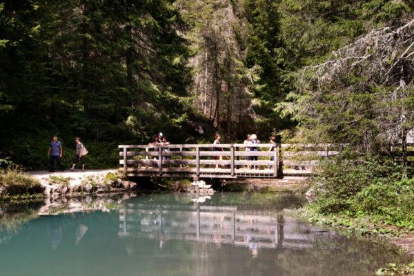 Ponte di legno sul lago di Braies