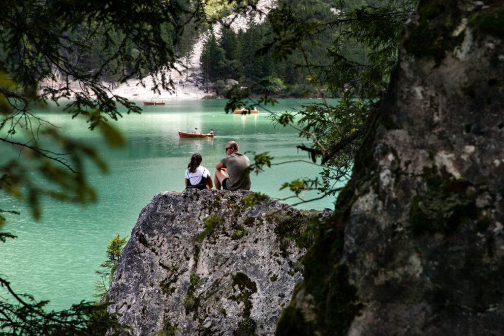 Relax sulle rocce del lago