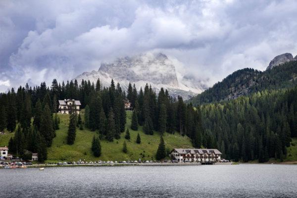Tre cime del Lavaredo sopra il lago di Misurina