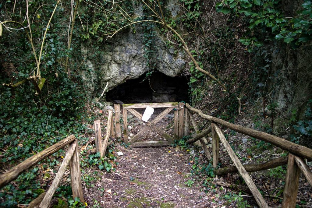 Accesso alla grotta di lavorazione del gesso estratto
