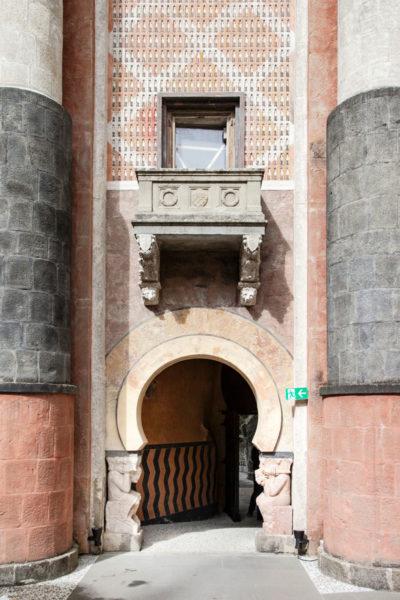 Balcone per papa Pio IX e Gnomi che rappresentano il bene e il male