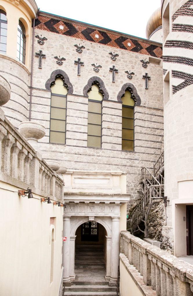 Esterni della Cappella della Rocchetta Mattei - Crocifissi e simbolismi