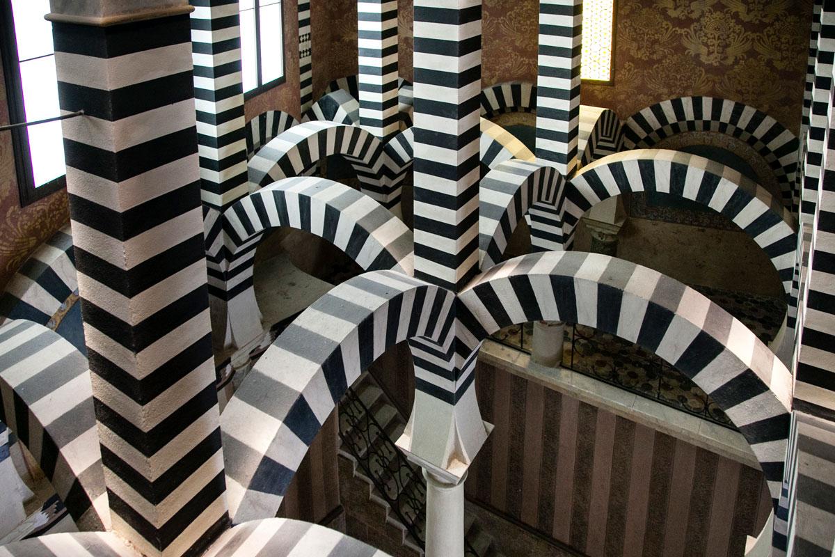 Gioco di Archi bianchi e neri nella rocchetta arabeggiante di Bologna
