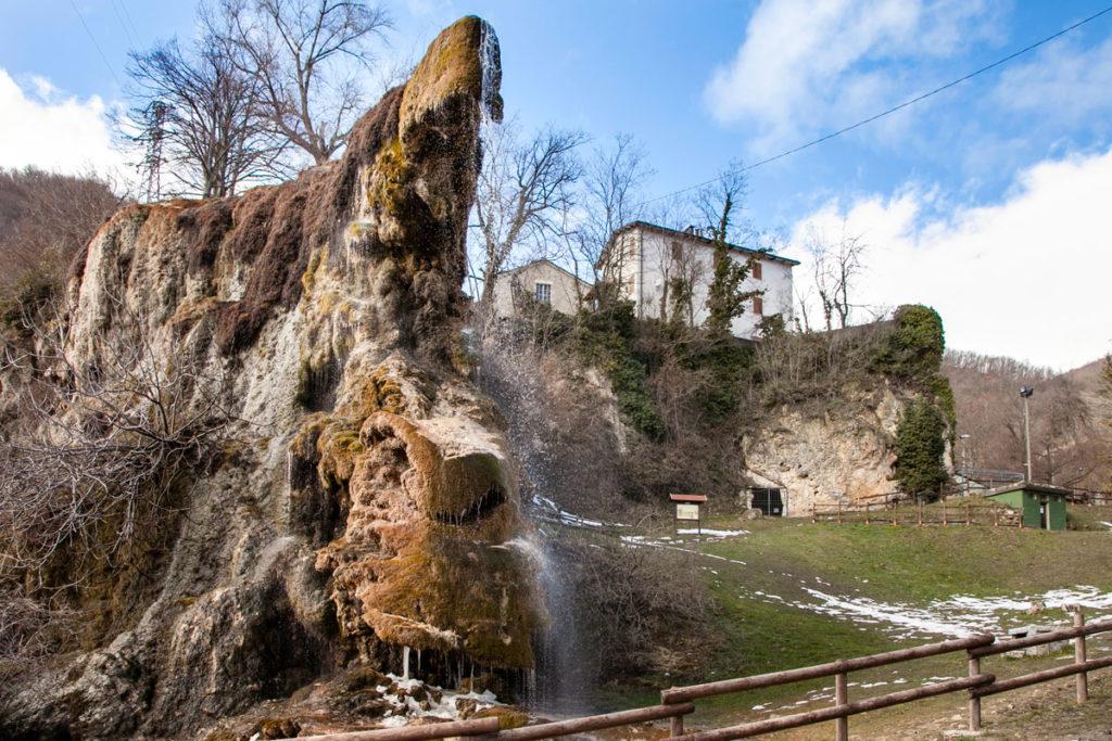 Grotte di Travertino e Retro della Chiesa di San Cristoforo Labante