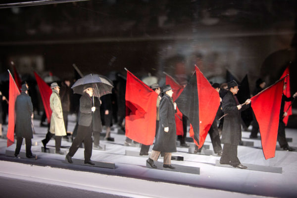 Il Funerale dell Anarchico - Sculture di Carta di Paolo Ventura
