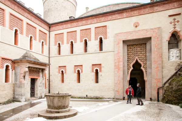 Il cortile interno della Rocchetta Mattei con fonte battesimale