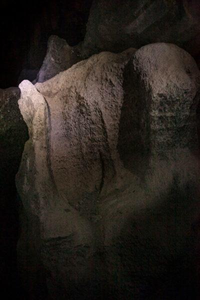 Il trono in roccia dentro alle friabili grotte di Onferno