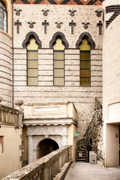Mura della Cappella con Crocifissi