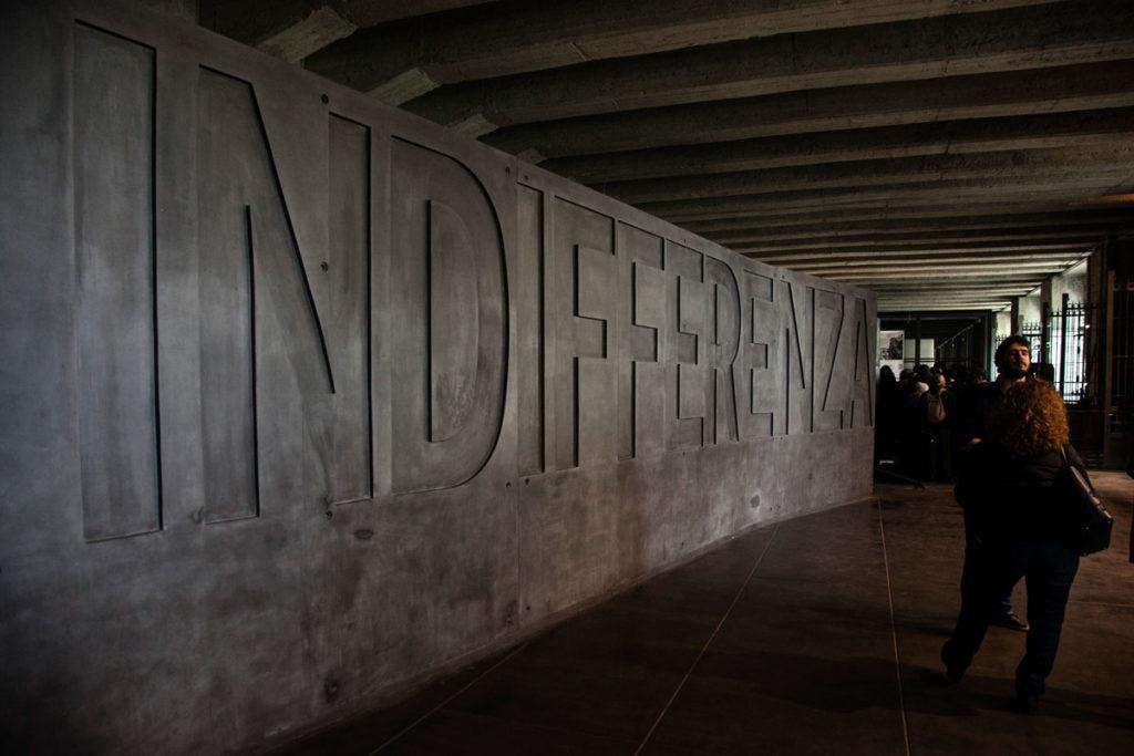 Muro Indifferenza nel Memoriale della Shoah - Milano