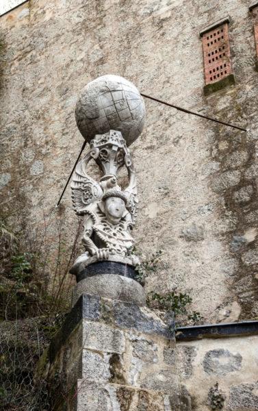 Particolare delle statue con figure mitologiche