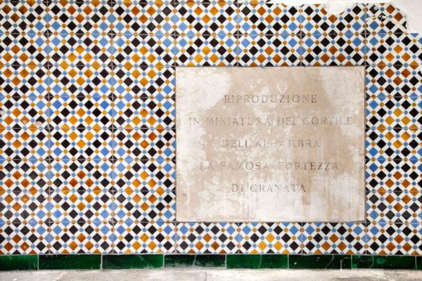 Piastrelle al muro della Rocchetta Mattei