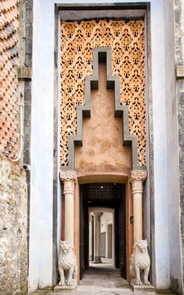Porta di Ingresso al Cortile dei Leoni - Intagli e Statue di Accesso