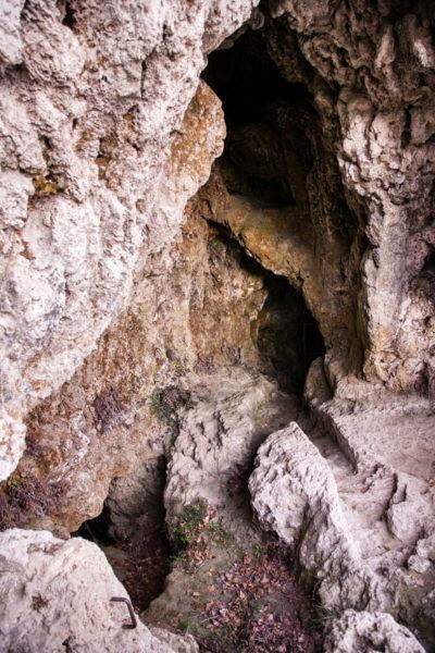 Roccia e cunicoli nelle grotte di Labante
