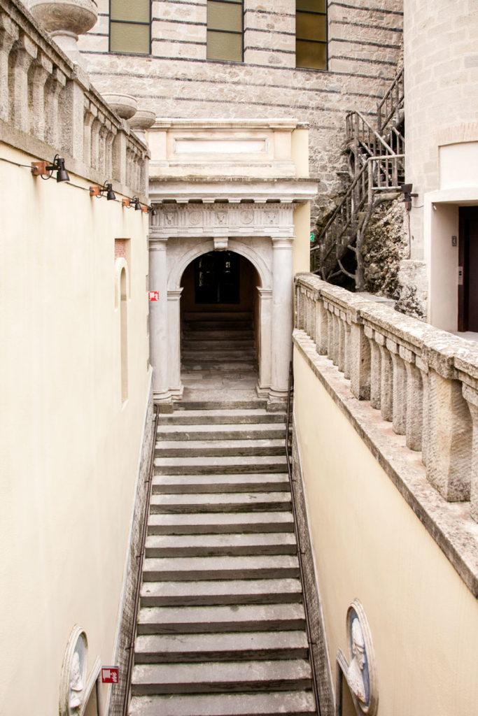 Scalinata fino alla cappella della Rocchetta Mattei