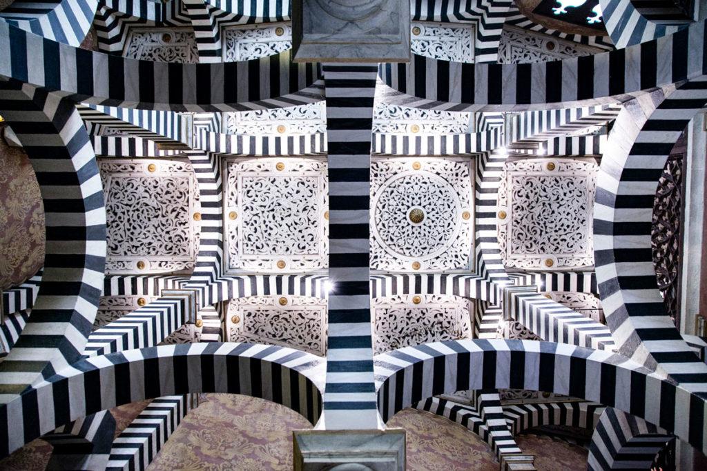 Soffitto della cappella della rocchetta Mattei - Archi bianchi e neri