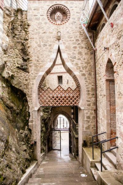 Uscita del Castello Arabeggiante sulle colline di Bologna