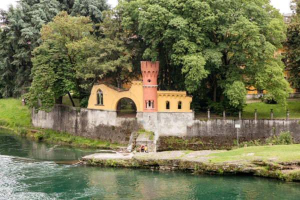 Vaprio d'Adda - Torre colorata di Villa Pagnoni sul fiume Adda