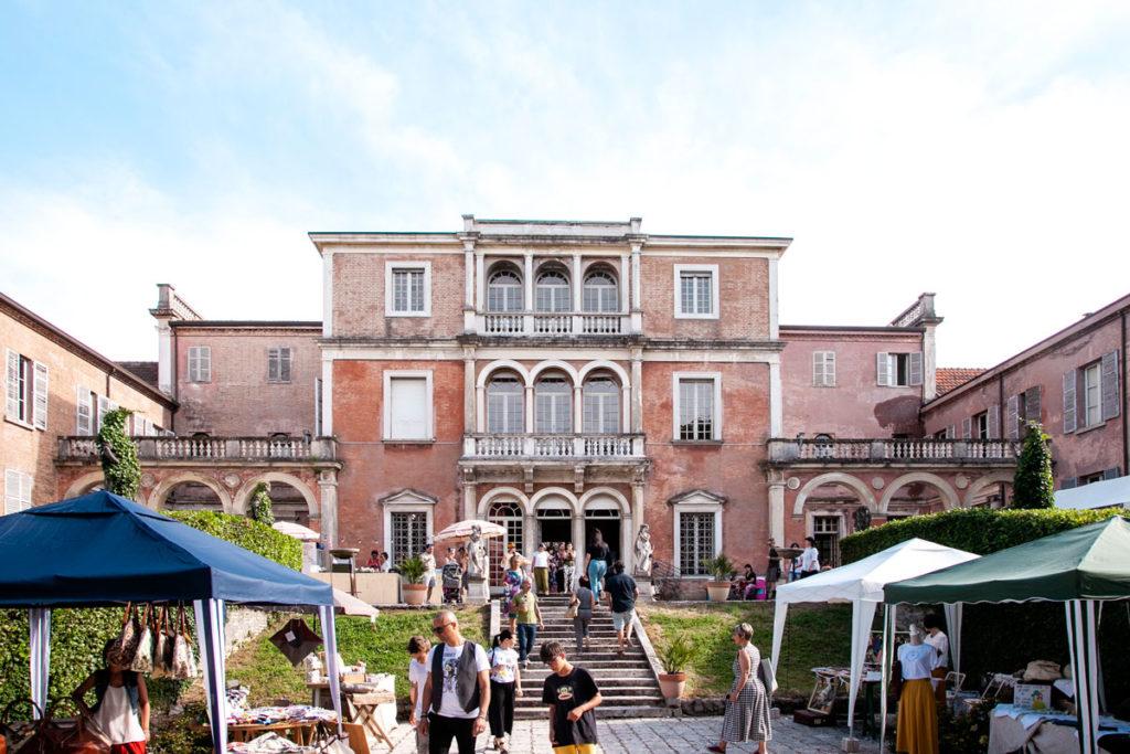Il retro di Villa Des Vergers con Bancarelle del mercatino Gipsy Garden