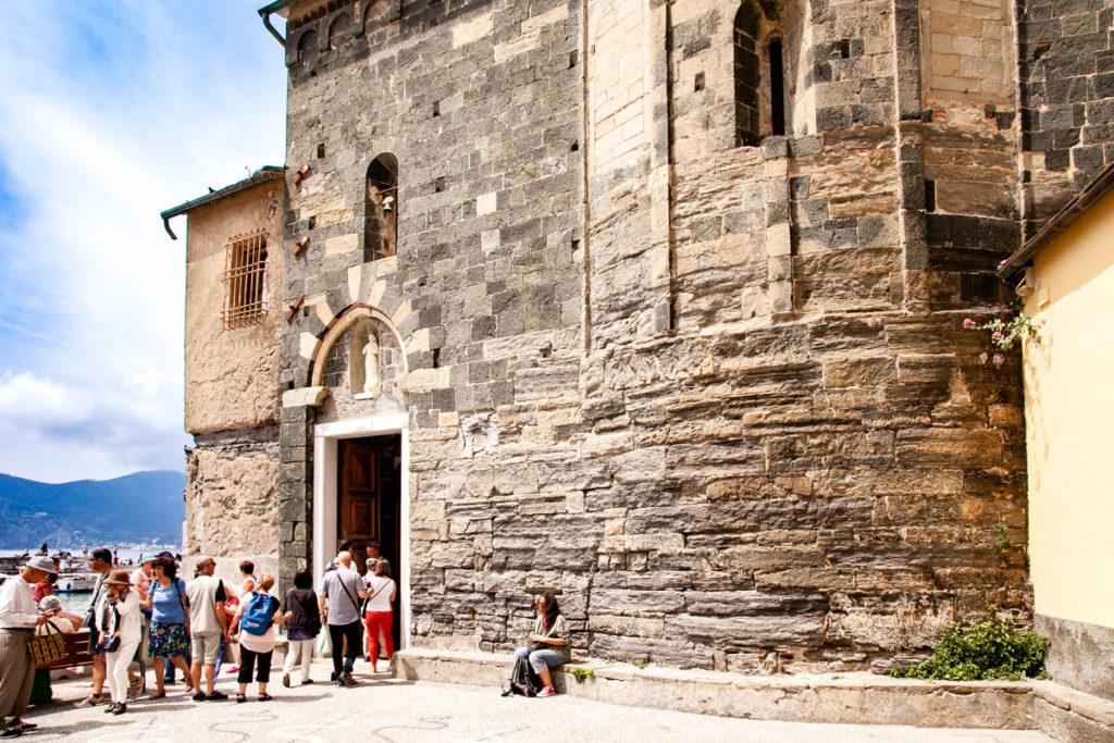 Ingresso alla chiesa principale di Vernazza