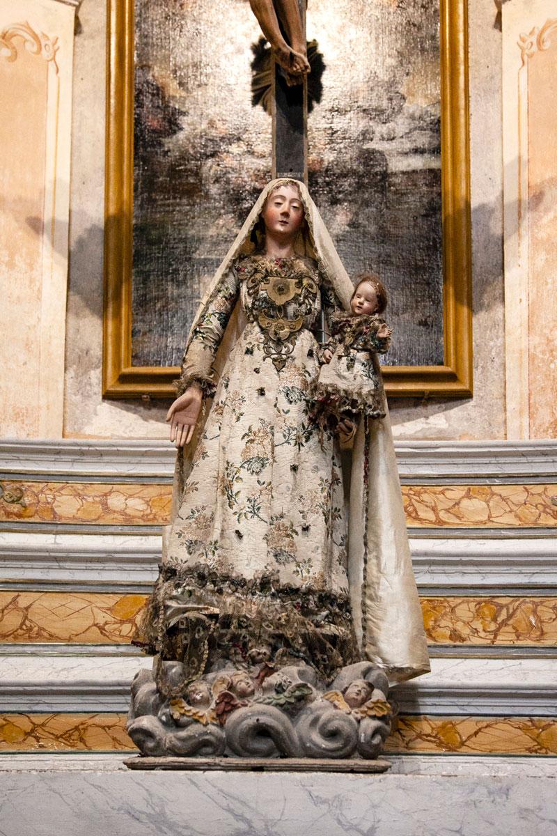 Madonna con vestito ricamato