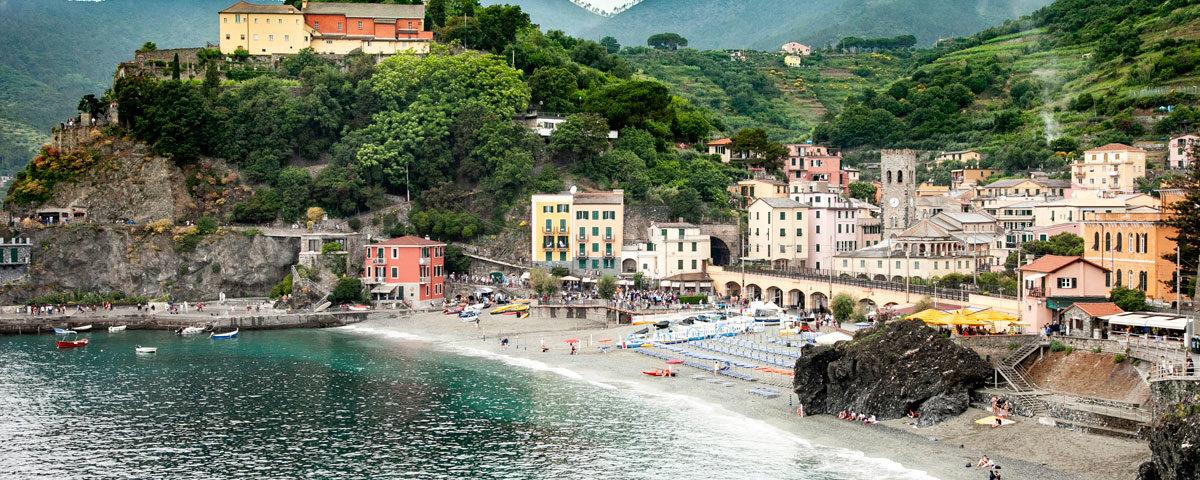 Panorama sul borgo storico di Monterosso al Mare e Ferrovia