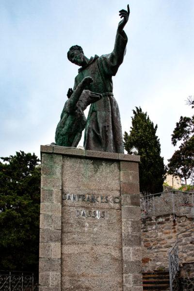Statua di San Francesco sul panorama di Monterosso al Mare