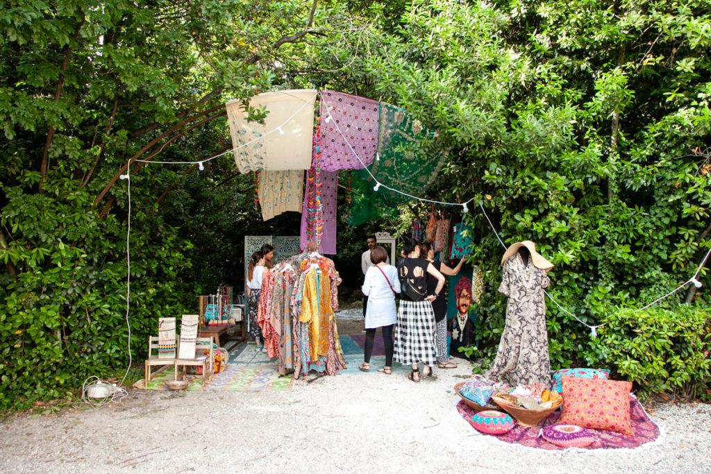 Tessuti e abiti orientali - mercatino a piedi nudi del Gipsy Garden 2018