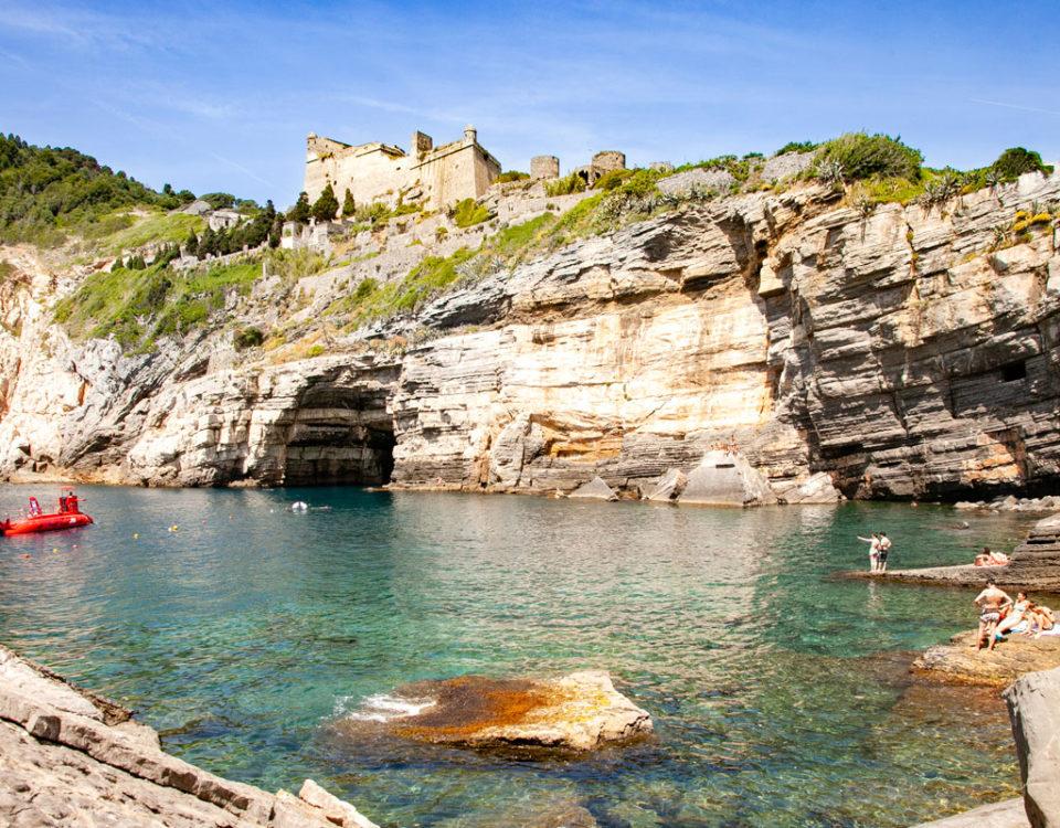Bagnanti e Grotta di Byron - Deposito di Crostacei e Anemoni