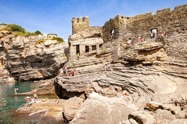 Le Mura storiche di portovenere e gli scogli da cui tuffarsi