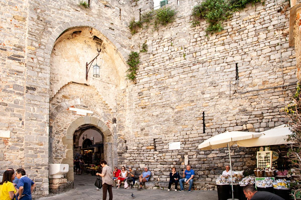 Porta del Borgo da Piazza Bastreri