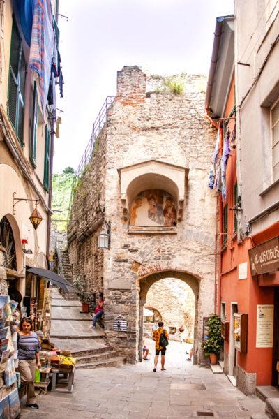Porta del Borgo vista dall'interno e Salita al Castello