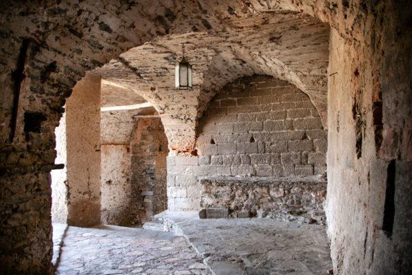 Vicoli del Centro Storico - Castello nei porticati