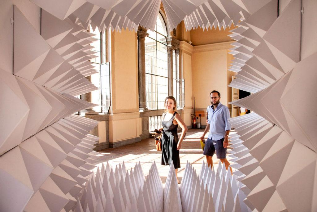 Claudia e Claudio dietro installazione di Wu Wai Chung - No More Message