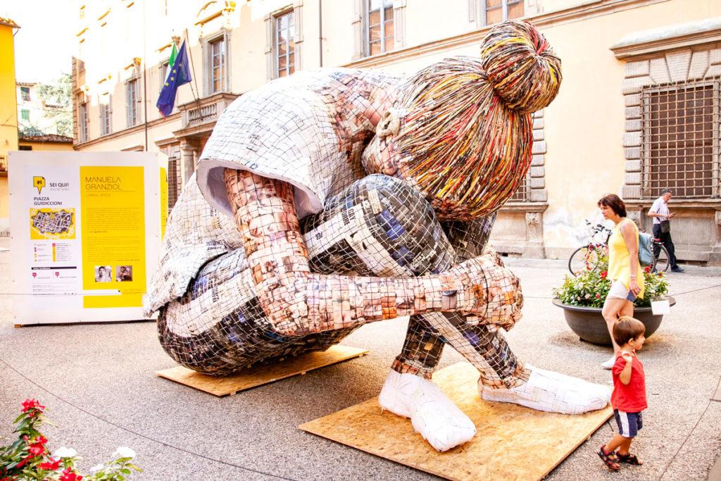 Manuela Granziol - Liminal Space - Installazione in piazza Guidiccioni Lucca - Cartasia 2018