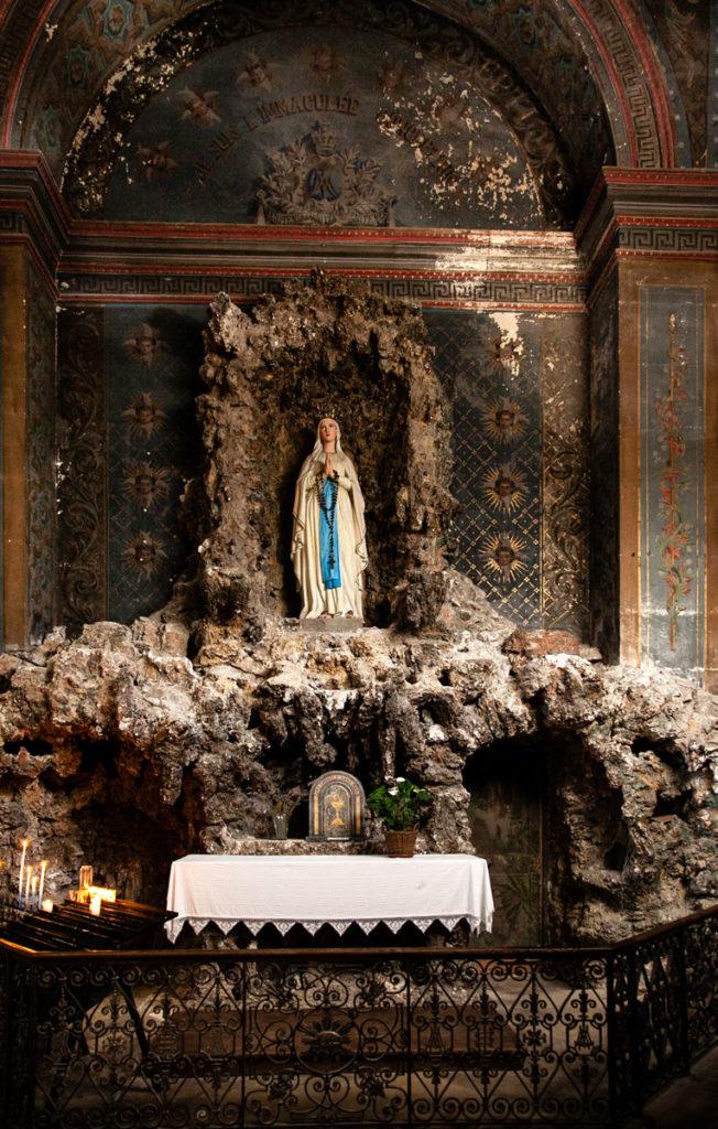 Altare con grotta della Madonna