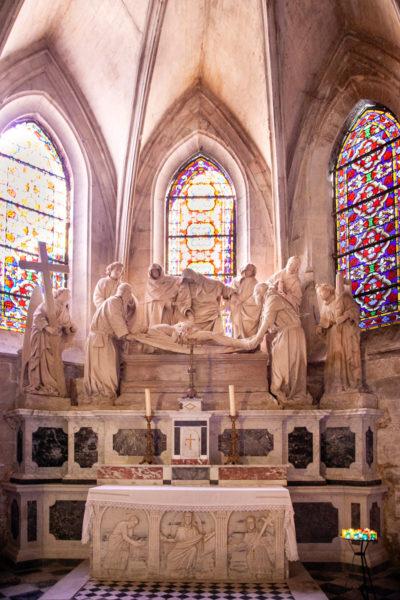 Altare e statue in pietra dentro il duomo di Saint-Trophime di Arles