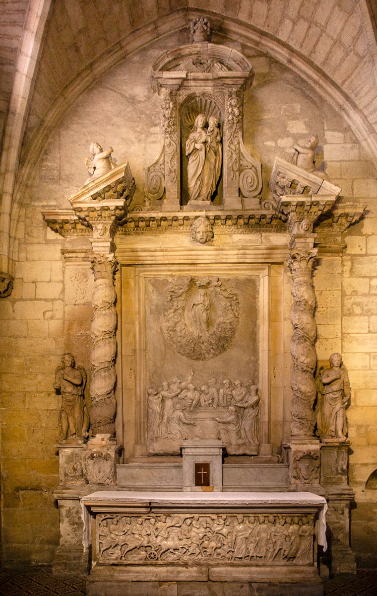 Altare in una delle cappelle del duomo di Arles