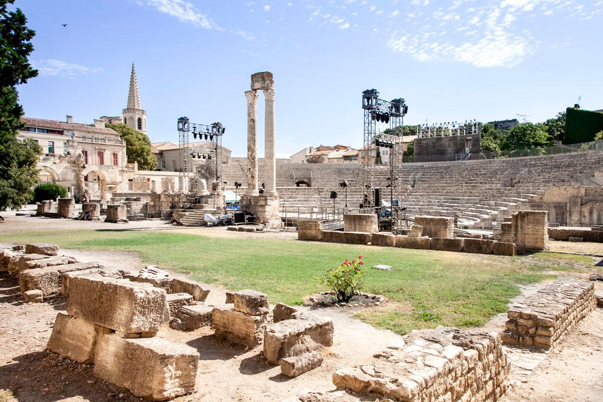 Blocchi di pietra e vecchie colonne del teatro antico di Arles