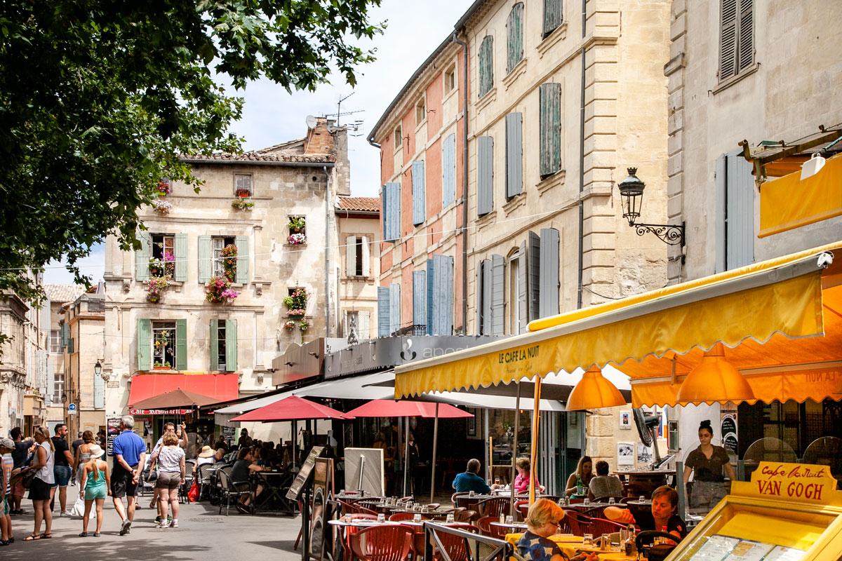 Cafe la nuit dentro place du Forum di Arles