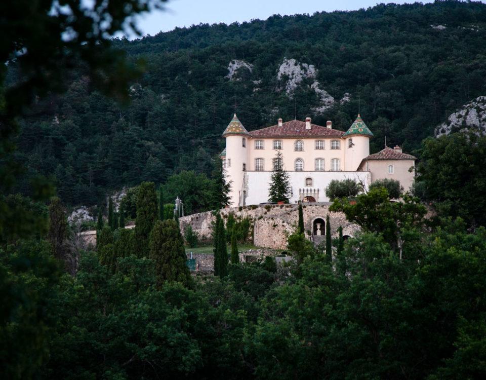 Castello di Aiguines tra le montagne verdi della Provenza