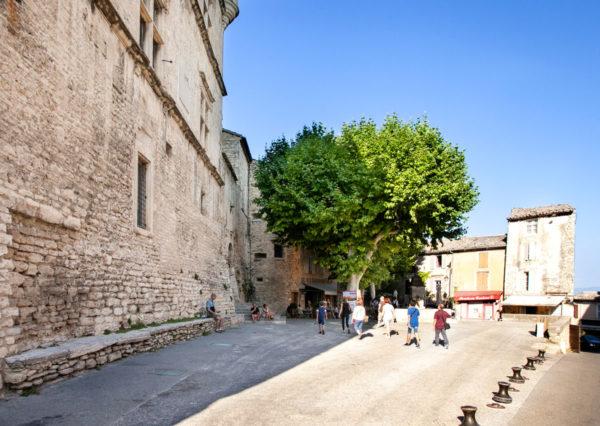 Castello di Gordes e la fontana di Piazza Genty Pantaly