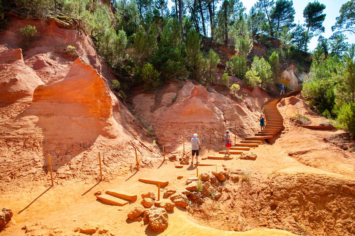 Cosa fare a Roussillon - Passeggiata nel sentiero dell'Ocra - Scalinata in legno