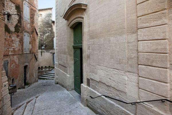Facciata Chiesa di Saint Firmin tra i vicoli del centro storico di Gordes